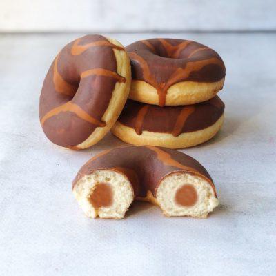 Пончики Донатс шоколадный с карамельной начинкой 70гр*36шт